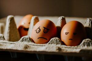 Två ägg sommtittar snett på varandra
